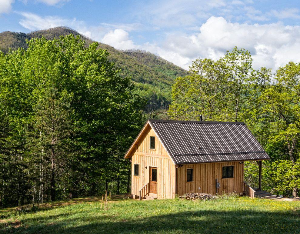 Eine sonnige Hütte auf dem Hügel