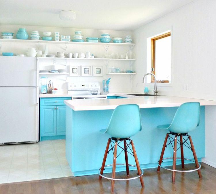 Bei der Gestaltung einer blauen Küche sollte man unbedingt an die Oberflächen der Möbel denken