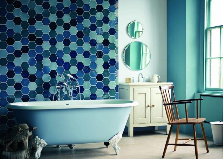 Blau in der Badgestaltung strahlt Frische und Sauberkeit aus