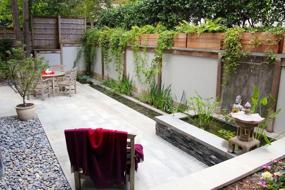 Gartenmauer aus Betonsteinen Gartenmöbel Stühle Tische