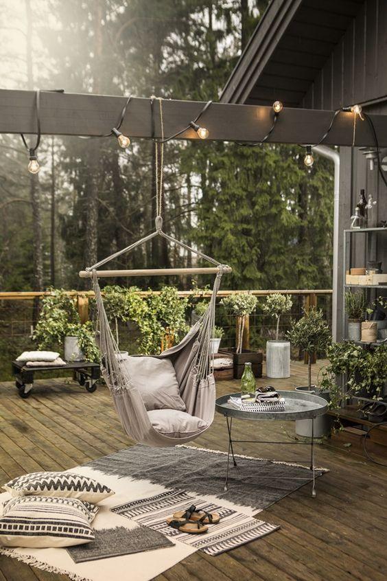 Hängematte Lichterkette Garten Deko Idee Beistelltisch aus Metall