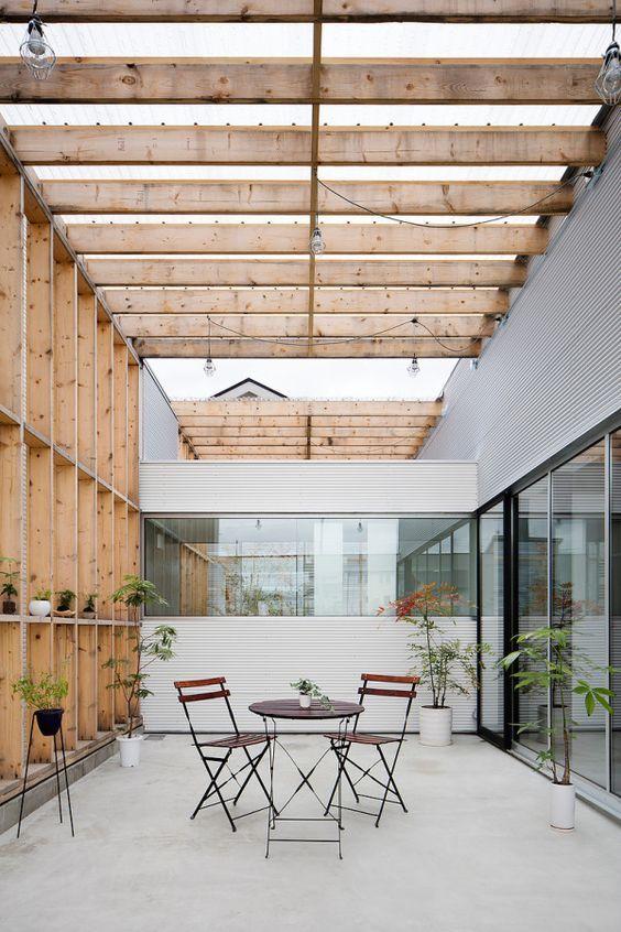Holzpergola Naturholz Outdoor Sitzmöbel Runder Tisch