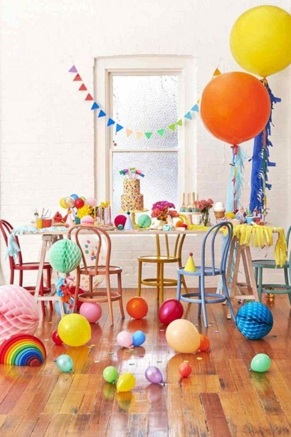 Kinder Event Tischgestaltung bunte Luftbalons Fahnen