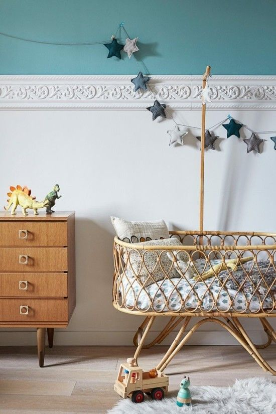 Kinderzimmer Wandgestaltung Fries Babybett Holzkommode Blaue Farbe