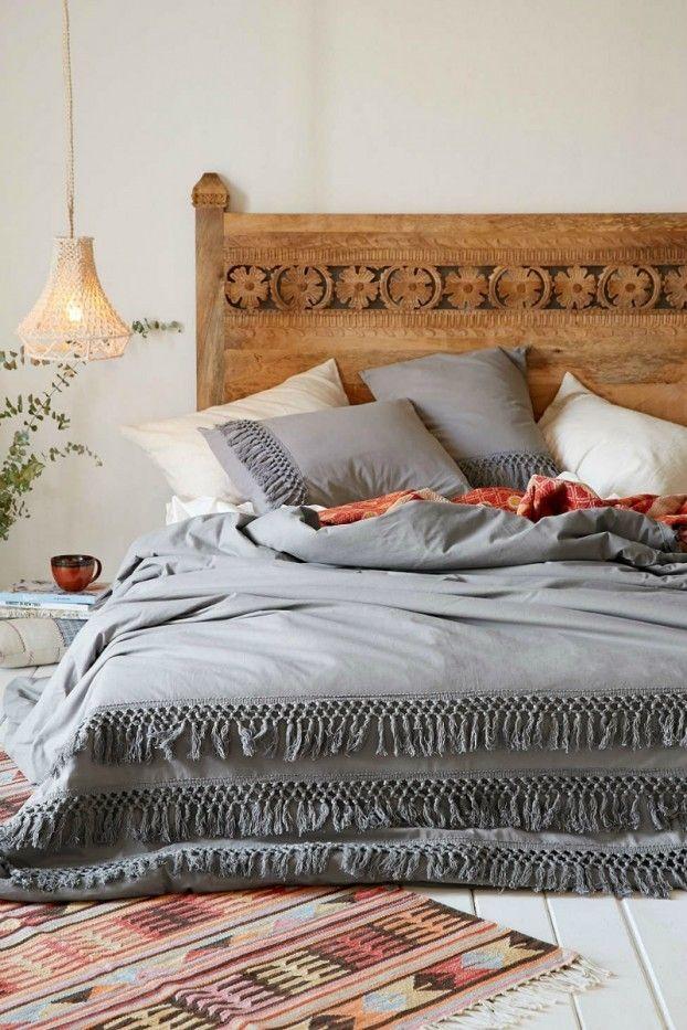 Kopfbrett aus Holz in Bohemian Stil Hängeleuchte Bettwäsche in Grau