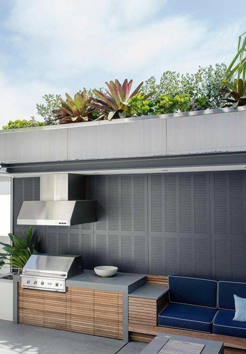 Moderne Outdoor Küche Sitzbank mit blauen Kissen Edelstahlausrüstung