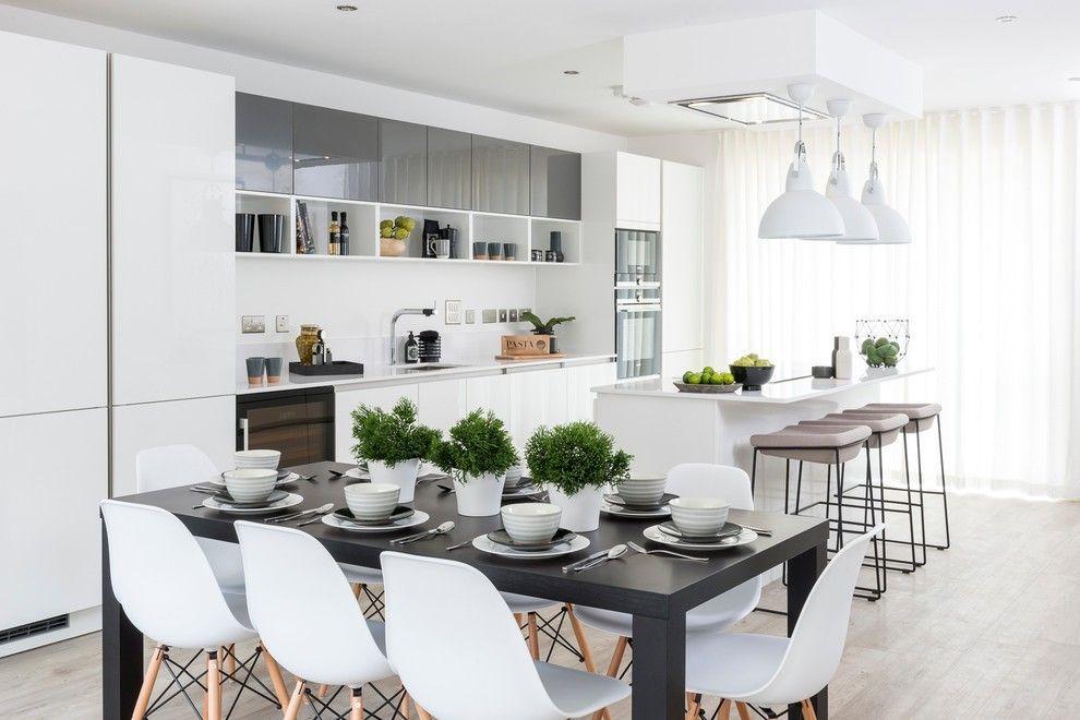 Moderne Wohnung weiße moderne Küche in neutralen Farbtönen