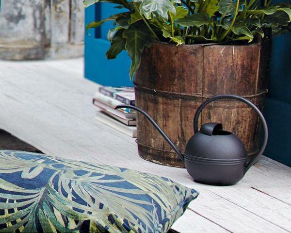 Orientalische Kanne in Schwarz Übertopf aus Holz