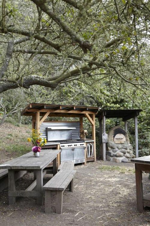 Outdoor Küche Barbecue Sitzbänke aus Holz Esstisch Schutzdach
