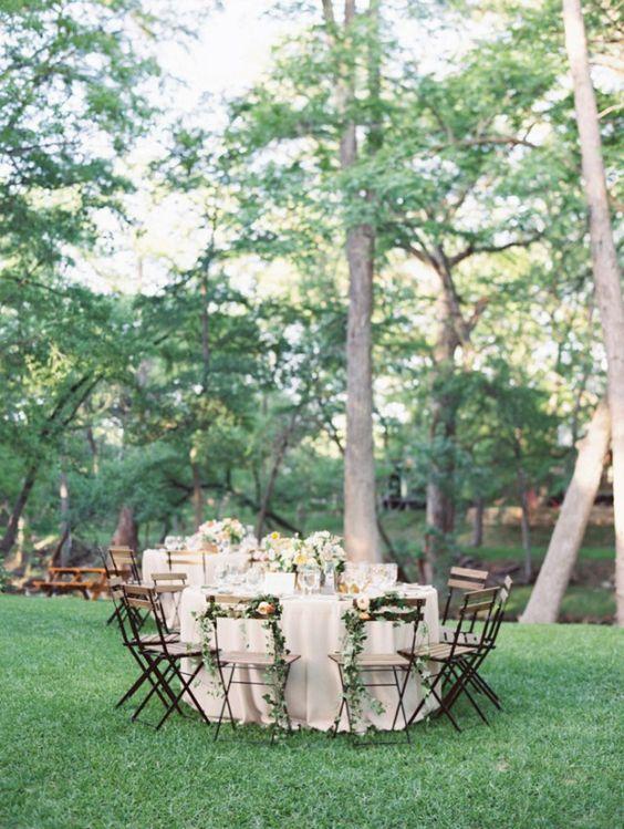 Outdoor-Party Klappstühle Rundtisch Dekoration Hochzeit im Freien