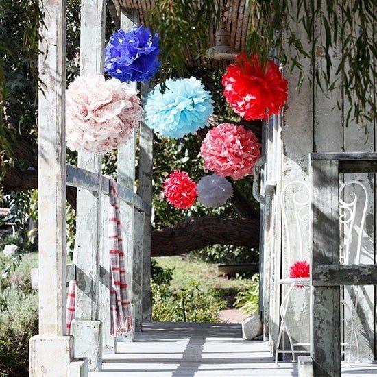 Pompoms und Girlanden Garten deko ideen