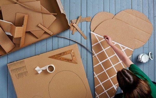 Spielen mit den Kindern Bühne aus Pappkarton selbst bauen