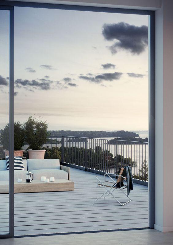 Terrasse Einrichtung Panoramafenster Deko Ideen wolkiges Himmel