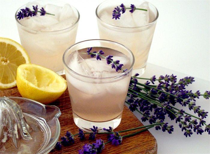 Tischdeko selbstmachen Lavedel Getränk mit Zitronen Limonade