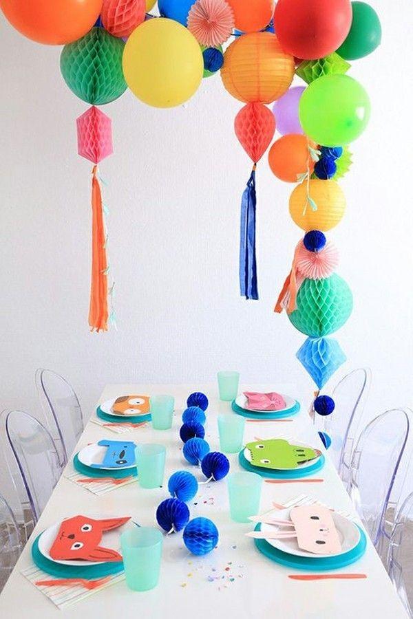 Tischgestaltung Ideen Kinderparty Geburtstag bunte Luftballons blaue Papierkugel