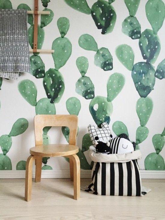 Wanddekoration DIY grüne Kakteen selbst malen Holzstuhl im Kinderzimmer