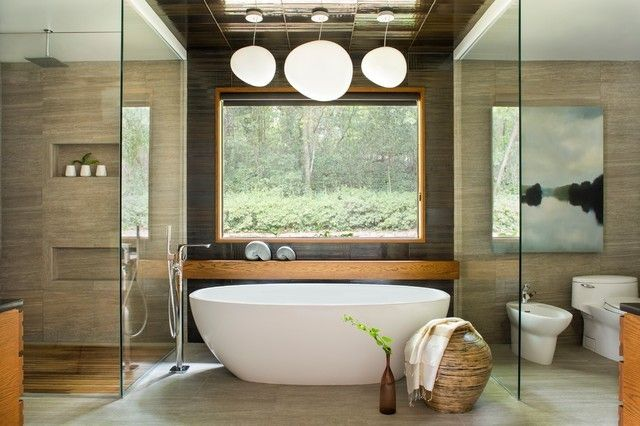 Wandverkleidung aus Natusteinen aziatisches Zen Bad weiße Badewanne