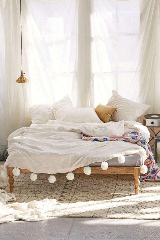 Weiße gardinen Bettwäsche in Weiß mit Pompons Schlafbereich