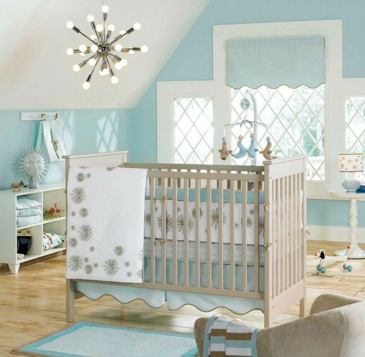 Weiche Beigenuancen besänftigen die blaue Farbe und sorgen für ein gemütliches Ambiente im Kinderzimmer