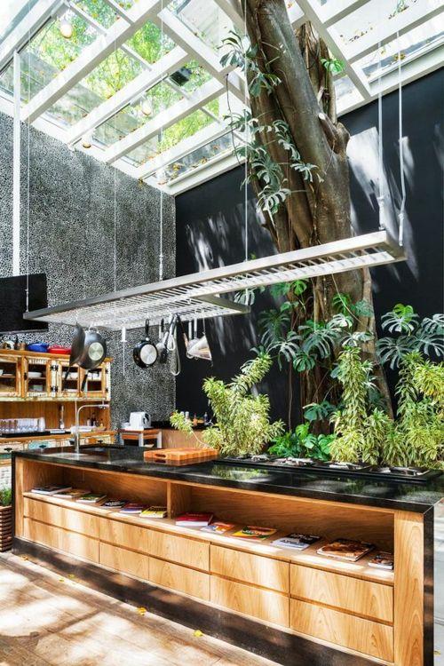 Wintergarten Gestaltung schwarze Platte Holzmöbel Outdoor-Küche