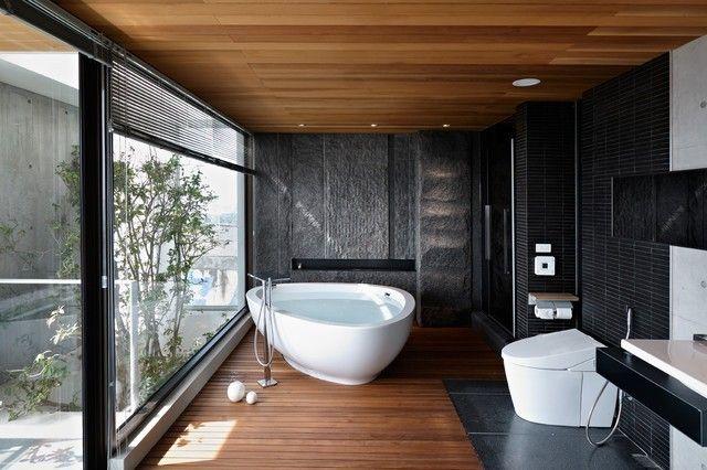 aziatisches Bad in Schwarz und Holznuancen