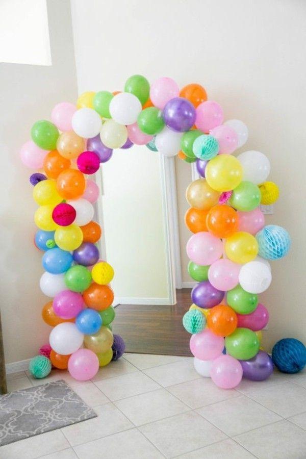 bunte Bogen aus Luftballons Kinderparty Dekoidee