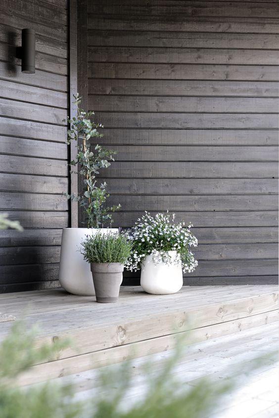 dezente Blumentöpfe Wandverkleidung aus dunklem Holz Outdoor