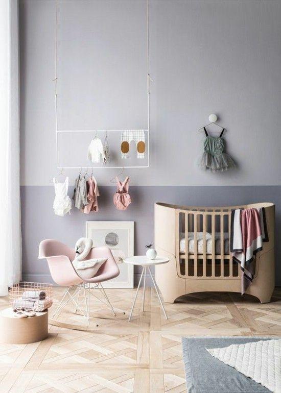 dramatisches Babyzimmer Holzbabybett graue Wandgestaltung