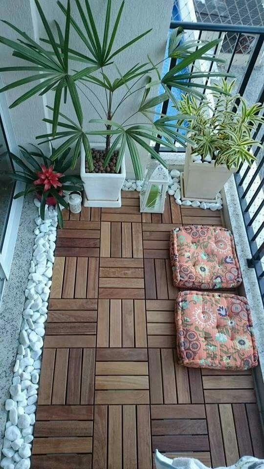 geometrischer Holzboden weiße Steine auf dem Balkon Bodenkissen