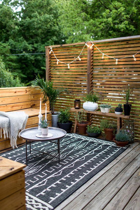 geometrischer Teppich im Garten Exterieur Zierpflanzen Holzwand