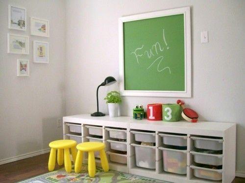 grüne Tafelwand gelbe Kinderstühle Stauraum Schubladen Kinderzimmer