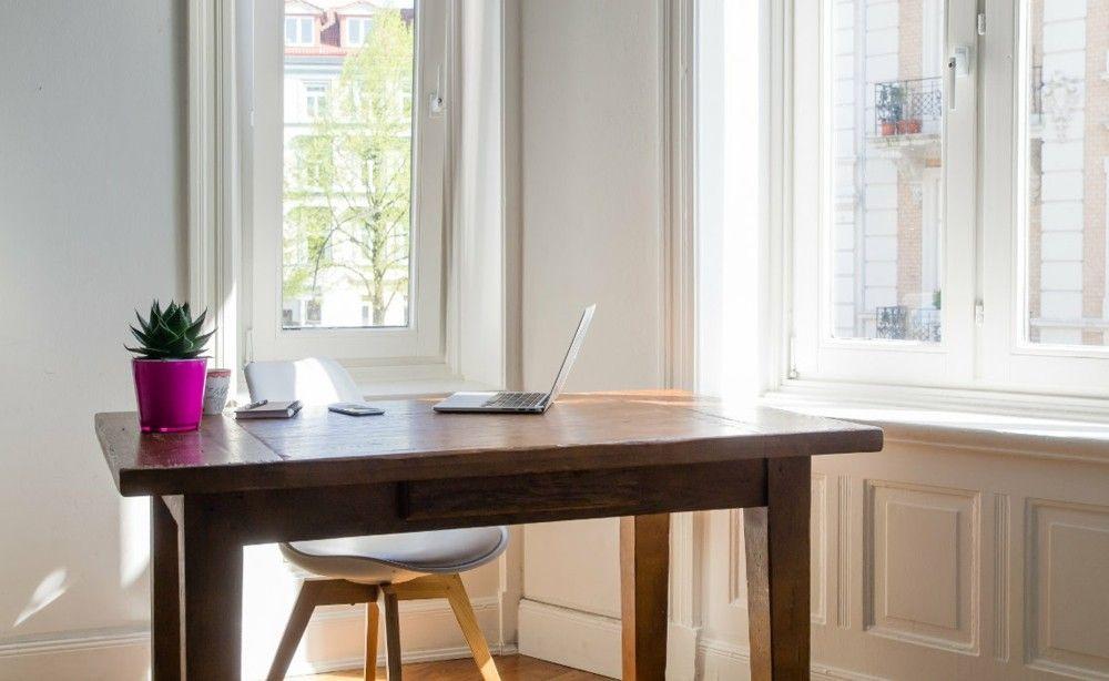 schlichtes Heimbüro Schreibtisch aus Holz