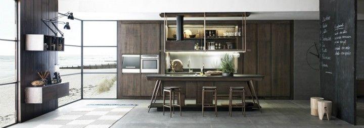 schwarze Wand Küchenschränke aus Naturholz Barhocker in der Küche