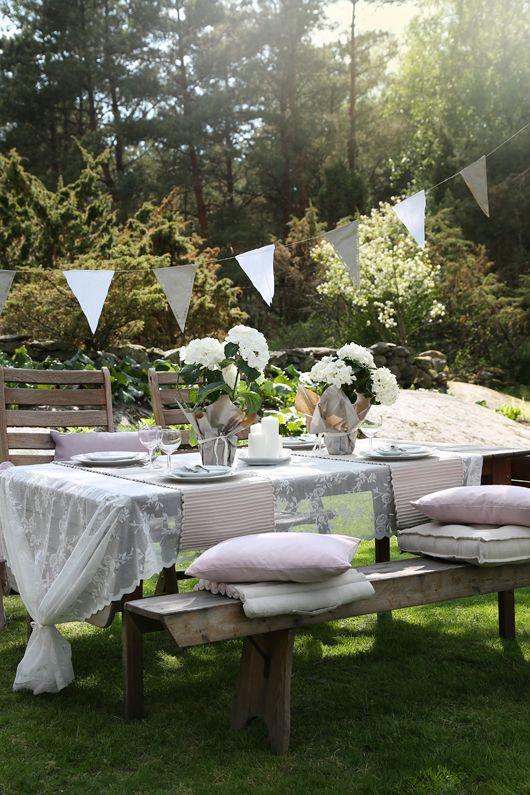 stilvolle Garten Dekoration weiße Deko Sitzbank