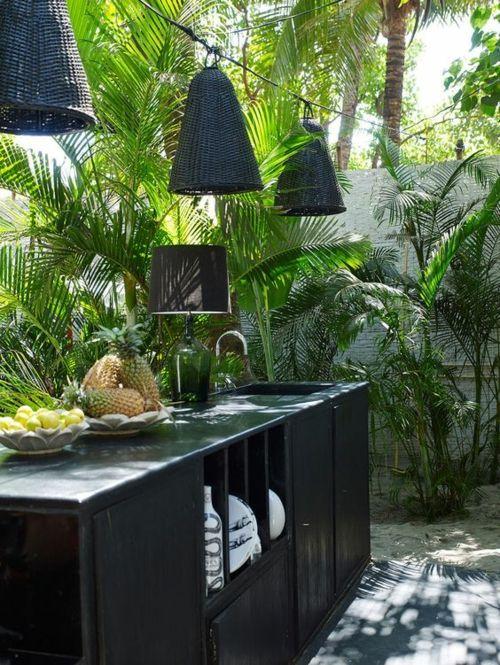 stilvolle Outdoor Küche in Schwarz Hängeleuchte Palmen