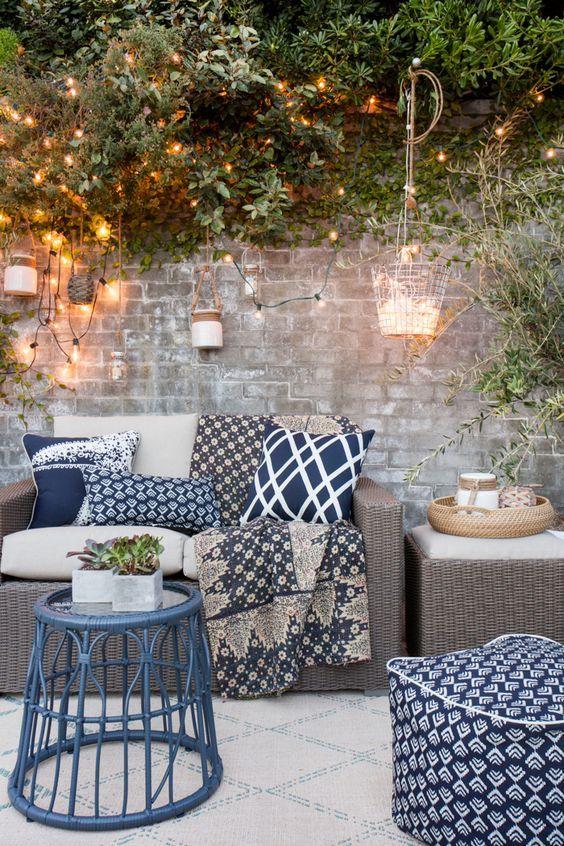 tiefblaue Deko Kissen im Garten modern Lichterkette
