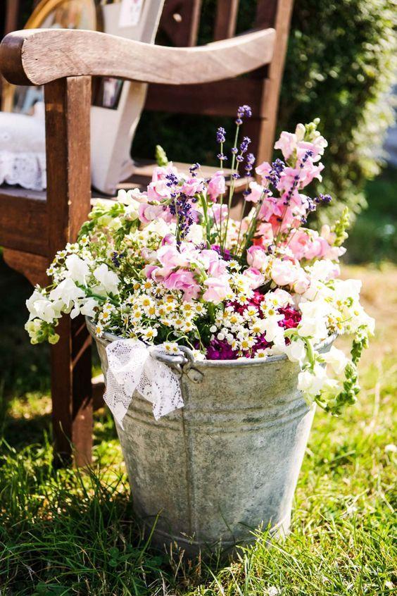 verzinkter Eimer mit Blumen Outdoor PartyDeko Idee