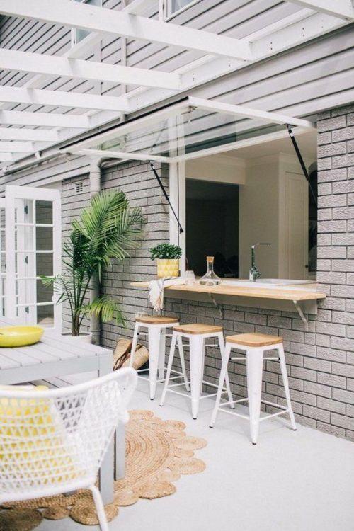 weiße Barhocker Ziegelsteine Outdoor Küche