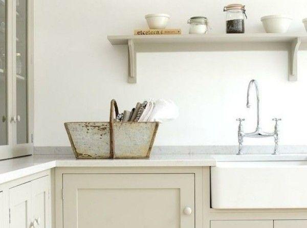 weiße Küche mit schönen Granit-Arbeitsplatten
