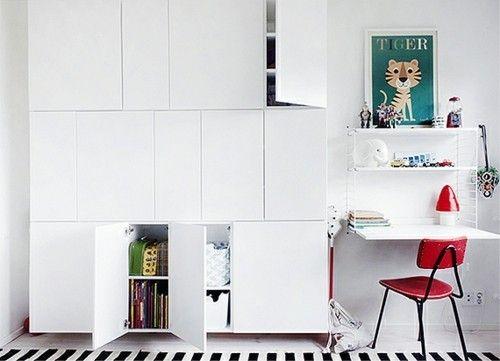 weißer Wandschrank Ikea roter Stuhl Stauraum