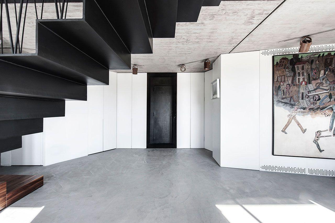 Betonboden fein geschliffen schwarze Metalltreppe moderne Wohnung