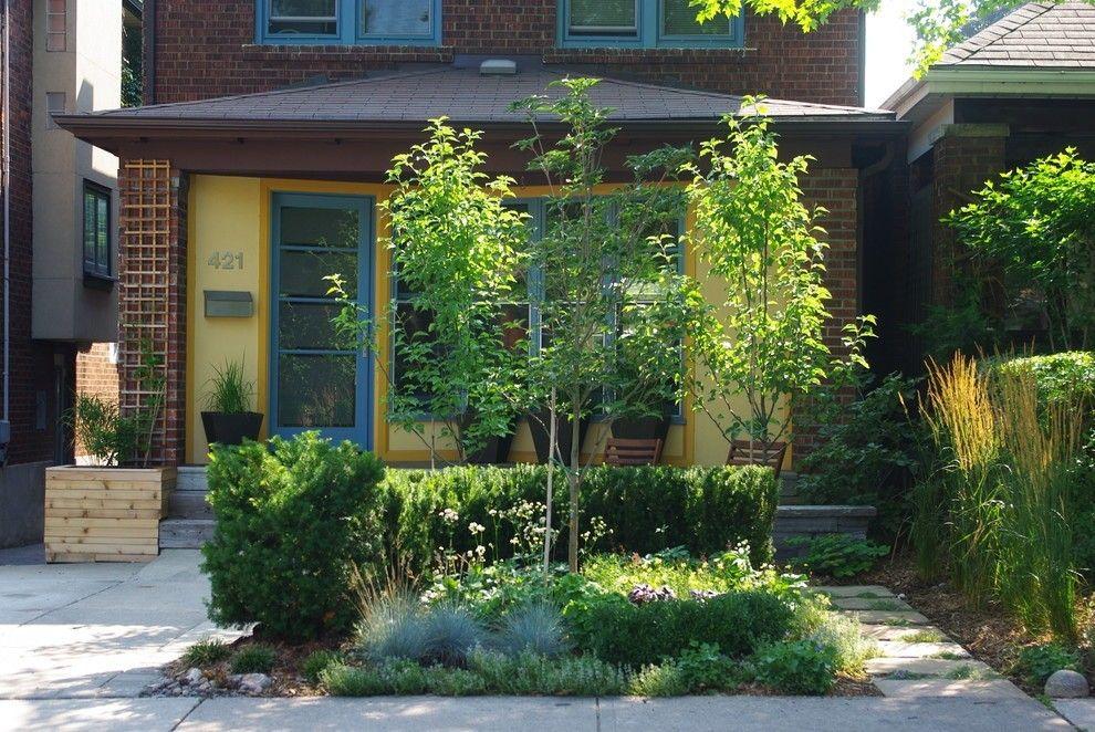 Gartengestaltung gelbe Fassade Bäume im Garten