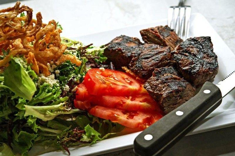Gesunde Ernährung Fleisch mit Salad und Tomaten