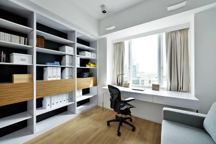 Home Office Ideen Ablagesystem in Weiß schwarzer Rollstuhl