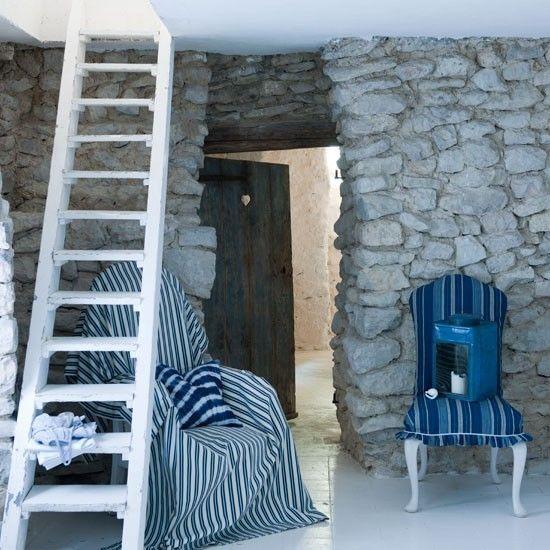 Maritime Deko Ideen Steinwand weiße Treppe