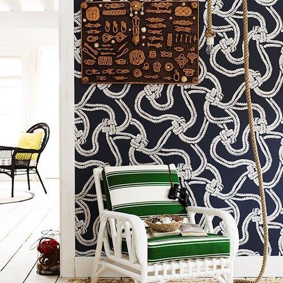 Maritime Deko Ideen Wandgestaltung dunkelblau weißer Sessel