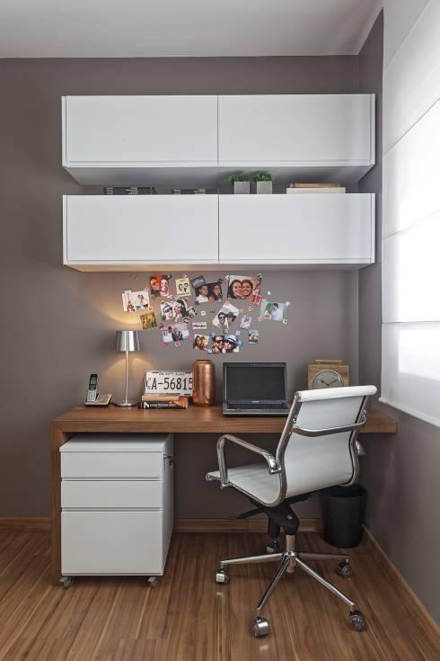 Schränke über dem Schreibtisch im Home Office weiße Möbel