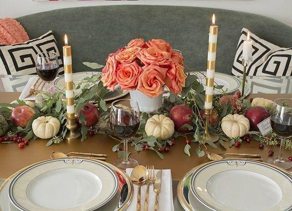 Tischgestaltung weiße Kürbisse Rosen rote Äpfel Herbst Dekotipps