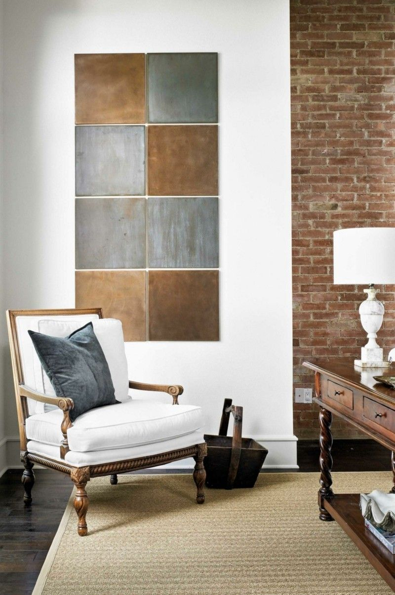 Wohnideen Wandgestaltung Altgold Silber Bronze weißer Sessel