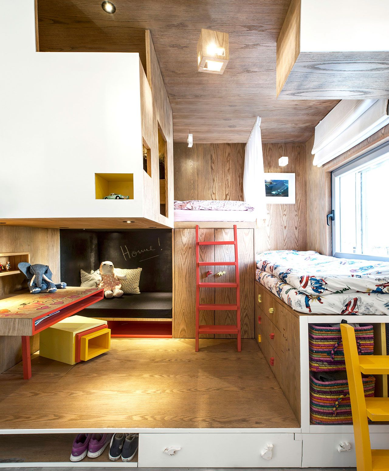 funktionelles Kinderzimmer von Toledano + Architects Holzverkleidung bunte Treppe